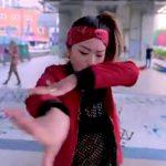 ストリートで踊る「Chrissy Chou」のワッキングがカッコイイ!