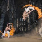炎のサークル内で踊るカポエイラがまるで神聖な儀式のよう!